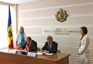 Edmunds Sprudzs signs an agreement on Latvian-Moldovan cooperation in regional development. Photo: varam.gov.lv