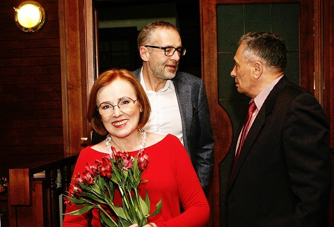 Behind Olga Pavuk are the first publisher of the Baltic Course Janis Domburs and the international editor Eugene Eteris, celebrating the 20th anniversary of the magazine in April 2016.