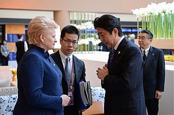 Lithuanian President Dalia Grybauskaite and PM Shinzo Abe. The Hague, 2014. Source: ltp.lt