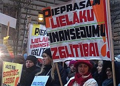 Several hundred teachers participate in rally at Latvian Saeima