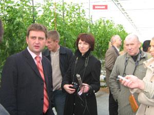 Зам. генерального директора С. Лапин (слева) пришел работать в Ждановичи 10 лет назад.