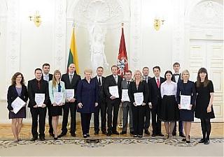 Президент Литвы наградила авторов лучших диссертаций го года  Даля Грибаускайте вручила награды авторам лучших диссертаций Фото lrp lt