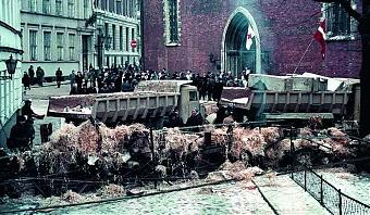 Заграждения в Риге не строились стихийно: в их сооружении была задействована тяжелая техника, грузовики, передвижные краны, которые по разнарядке выделяли руководители предприятий.